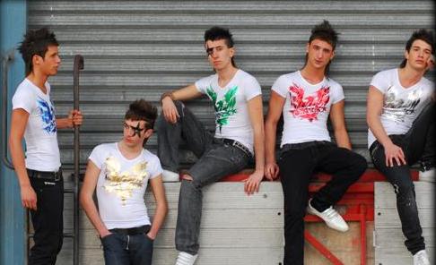 des jeunes habillés en tecktonik