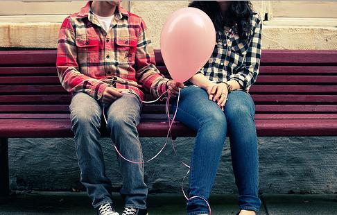 Couple se donnant un ballon