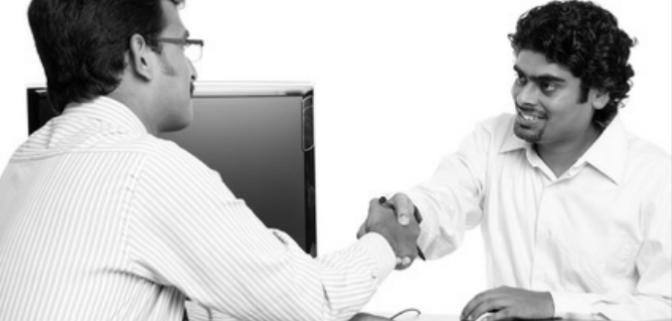 2 personnes se serrent la main au bureau