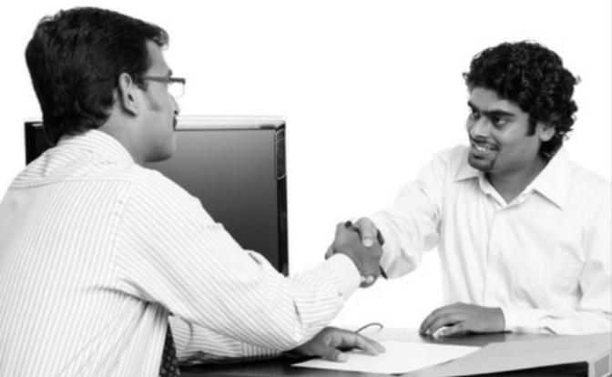 Le langage du corps de 2 personnes qui se serrent la main au bureau